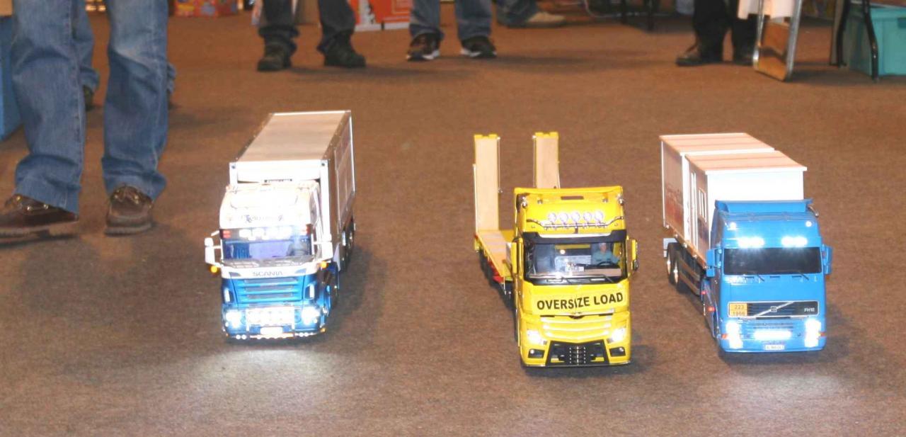 Camions se déplaçant dans une allée